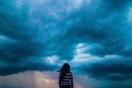 天空下一个人伤感背影