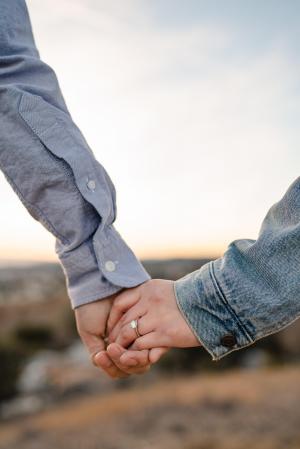 一左一右情侣牵手的图片