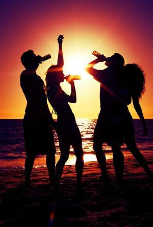夕阳下喝酒的图片