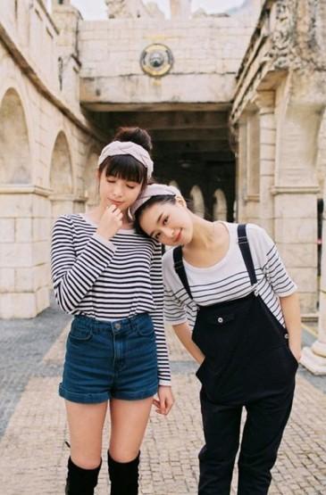 可爱两闺蜜旅游照
