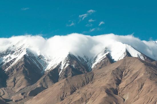 远望雪山峻峭优美风采
