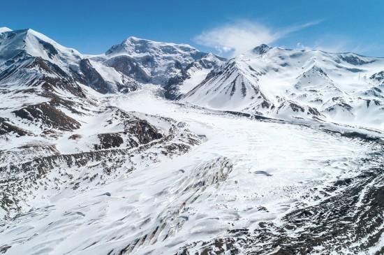 峻峭迷人的雪山美景
