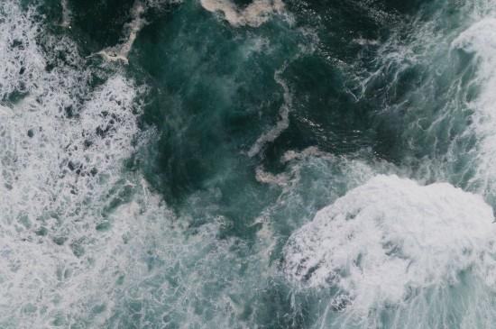 鸟瞰汹涌翻滚的海浪