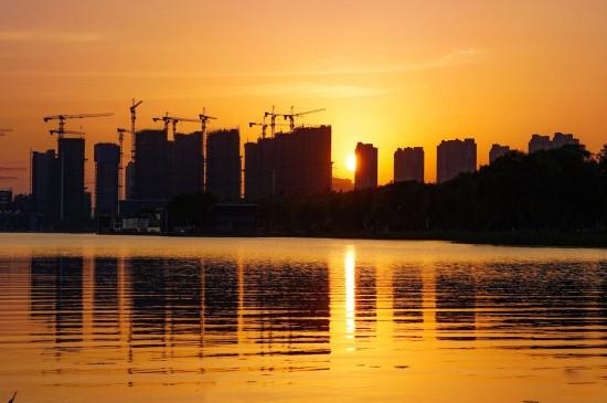 黄昏下的城市剪影