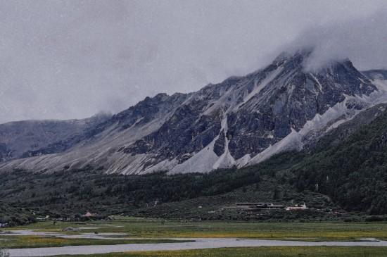 蒙蒙细雪的山峰
