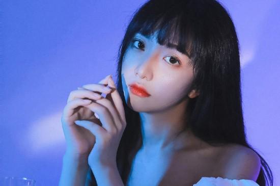 清纯白皙美女紫色梦幻背景写真