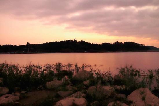 唯美浪漫的湖泊景色