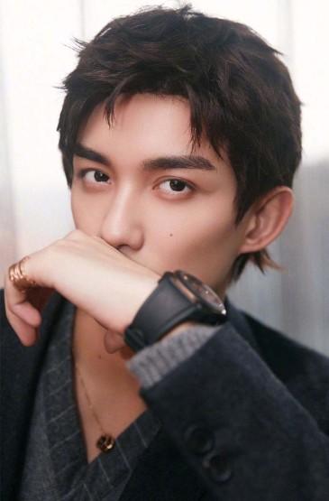 吴磊深灰色西装帅气写真